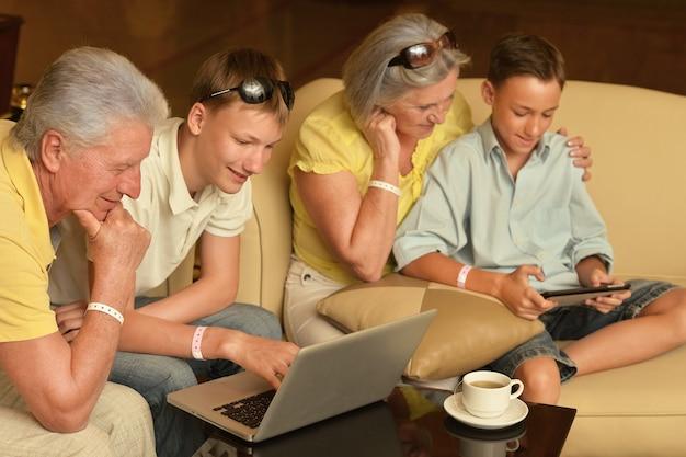 Héhé, assis avec un ordinateur portable et une tablette sur la table