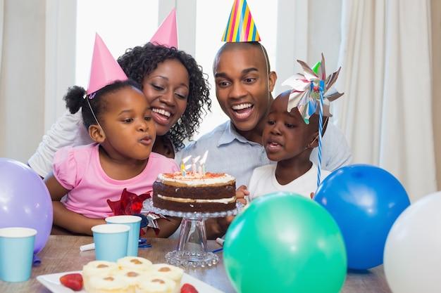 Héhé, célébrant un anniversaire ensemble à table