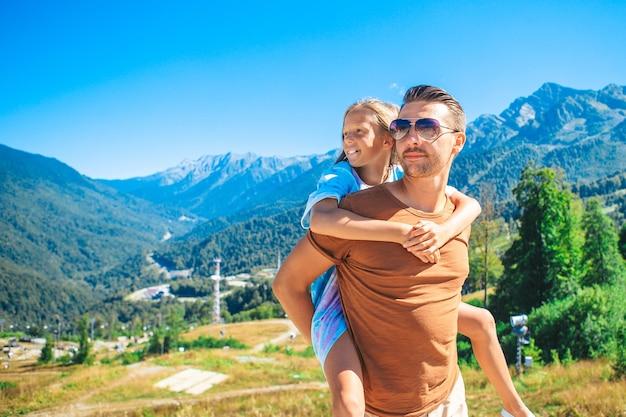 Héhé du père et de la petite fille dans les montagnes en vacances d'été