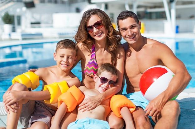 Héhé jouant dans la piscine. concept de vacances d'été