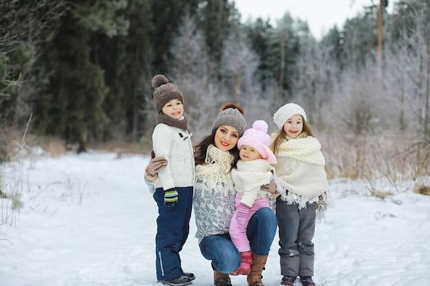Héhé jouant et riant en hiver à l'extérieur dans la neige. journée d'hiver du parc de la ville.