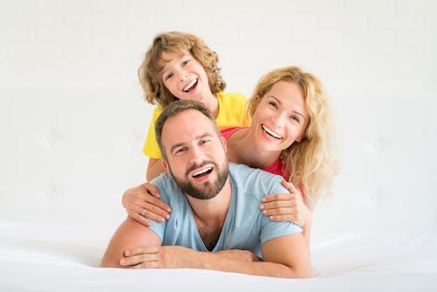 Héhé à la maison. père, mère et enfant s'amusant ensemble.