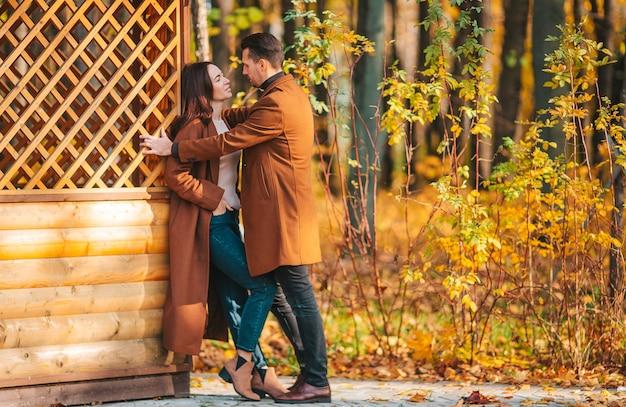 Héhé, marchant dans le parc d'automne aux beaux jours d'automne