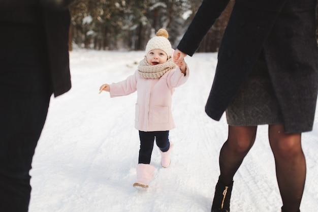 Héhé, marchant dans le parc de la ville d'hiver.