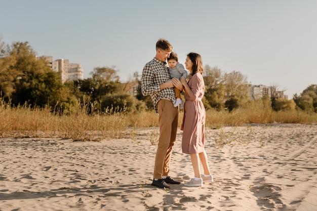 Héhé, marchant sur la plage de sable de la rivière.