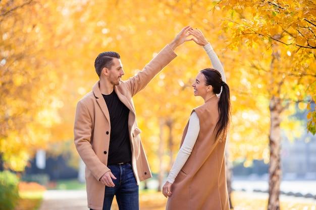 Héhé, marche en automne parc sur une journée ensoleillée