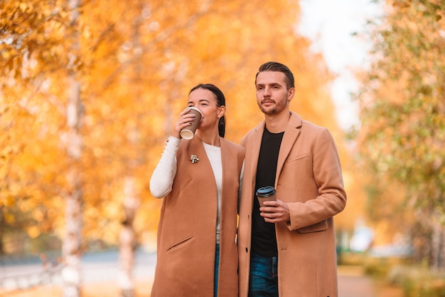 Héhé, marche dans le parc sur une journée ensoleillée d'automne