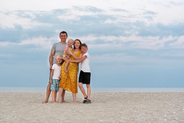 Héhé en mer l'été. maman, papa et trois enfants. mode de vie familial.
