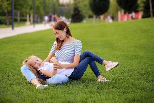 Héhé, mère et fille dans la nature dans le parc
