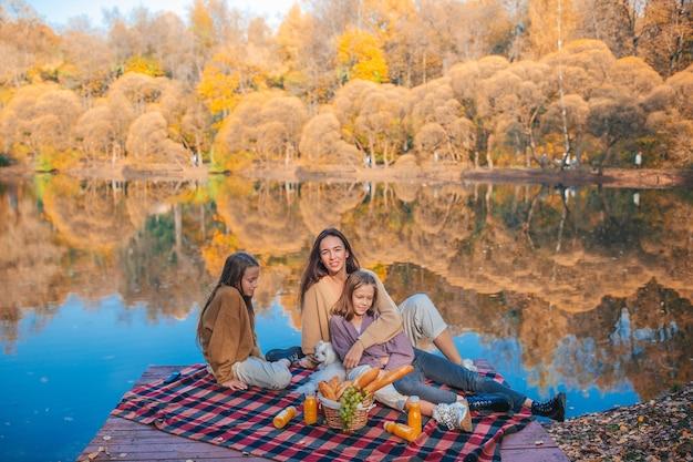 Héhé sur un pique-nique dans le parc à l'automne