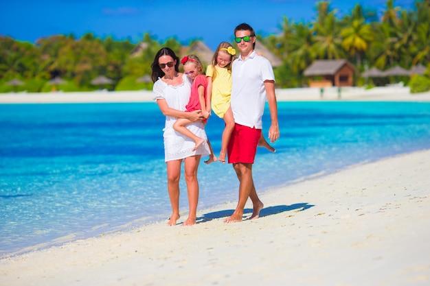 Héhé sur la plage blanche pendant les vacances d'été