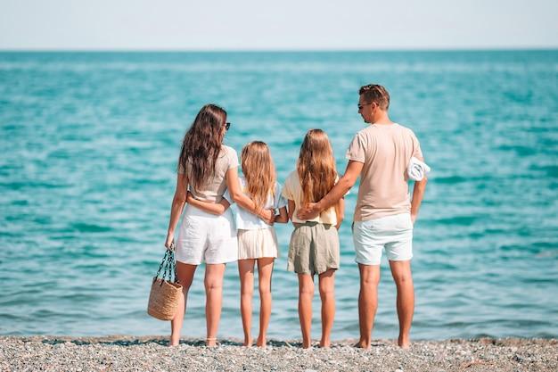 Héhé sur une plage pendant les vacances d'été