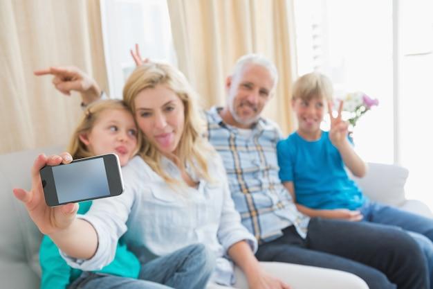 Héhé, prenant un selfie sur le canapé