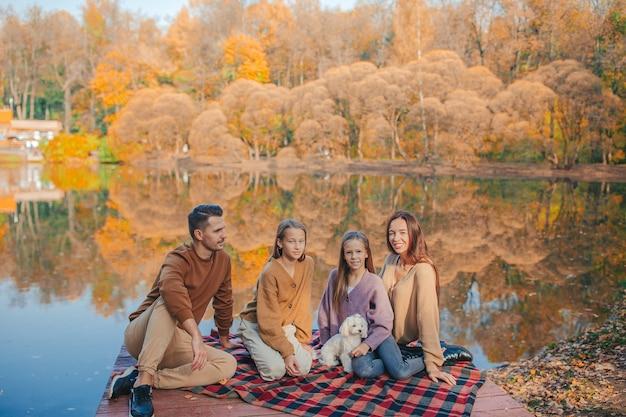 Héhé de quatre personnes profitant de la journée d'automne sur le lac