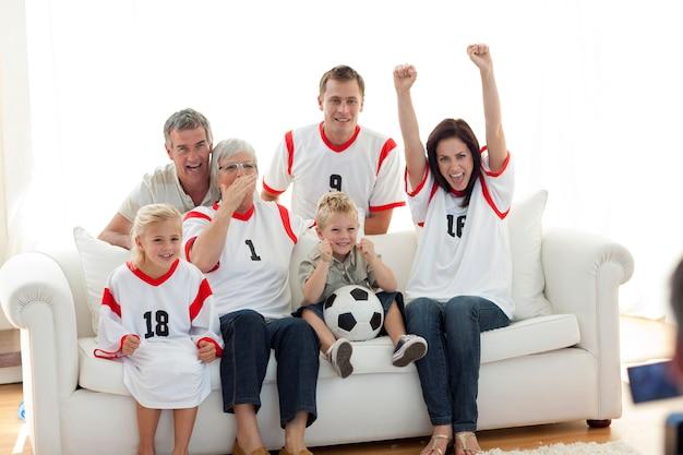Héhé, regarder un match de football à la télévision