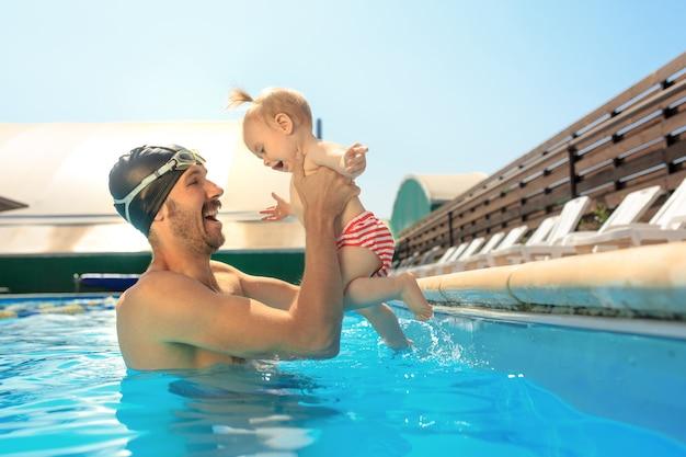 Héhé, s'amuser au bord de la piscine