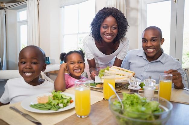 Héhé, savourer un repas sain ensemble