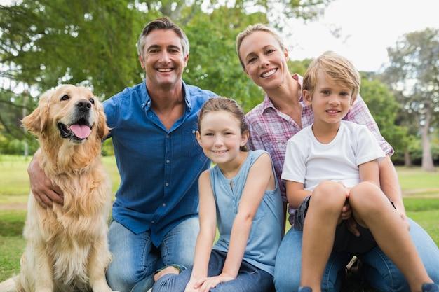 Héhé, souriant à la caméra avec leur chien