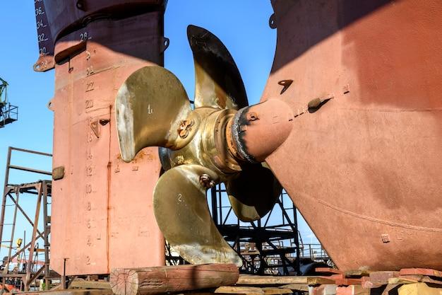 Hélice et gouvernail à pas variable navire cargo à terre sur chantier de réparation navale