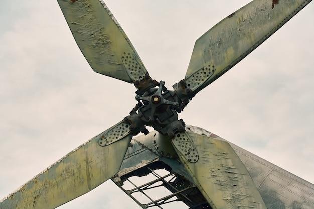Hélice d'un hélicoptère en gros plan sur un fond de ciel gris