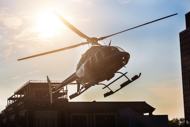 Hélicoptère atterrissant sur la jetée