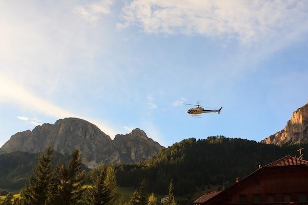 Hélicoptère atterrissant à val badia