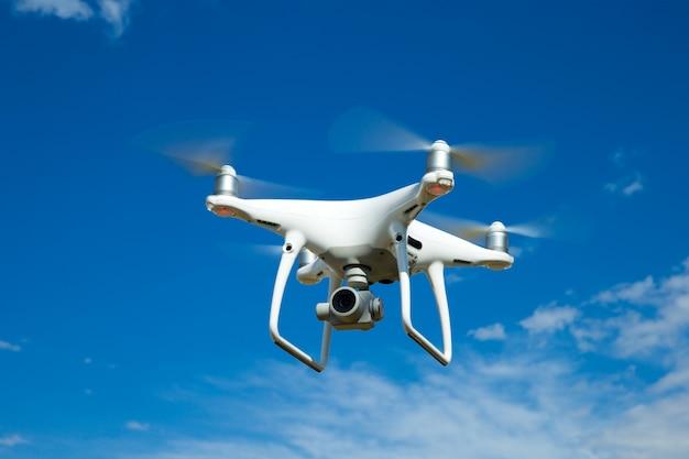 L'hélicoptère drone volant avec appareil photo numérique.