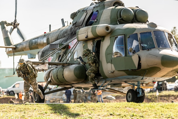 Un hélicoptère militaire atterrit au sol pendant l'exercice militaire