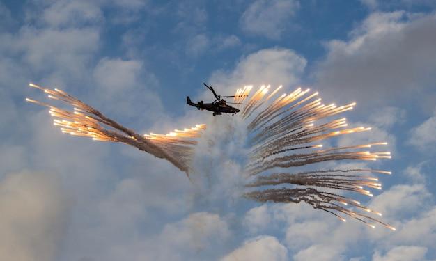 Un hélicoptère militaire libère des pièges à chaleur