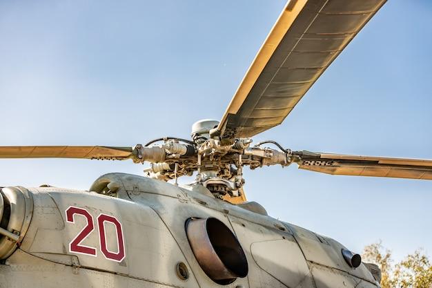Hélicoptère militaire volant pendant l'exercice effectuant une démonstration militaire