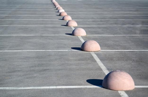 Hémisphères de stationnement. limiteur de stationnement en béton. protection contre le parking. éléments pour restreindre l'accès à la zone de stationnement et contrôler la circulation des véhicules
