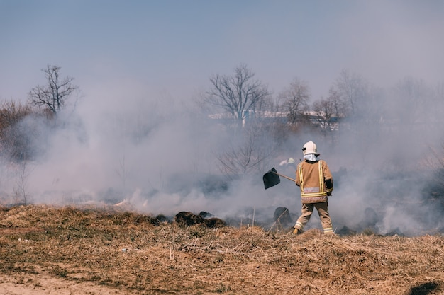 L'herbe brûle sur le terrain à tchernobyl, en ukraine