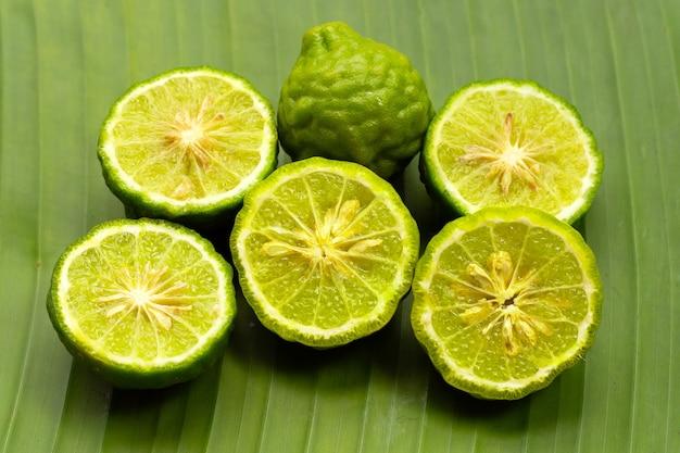 Herbe de citron vert bergamote fraîche sur feuille de bananier