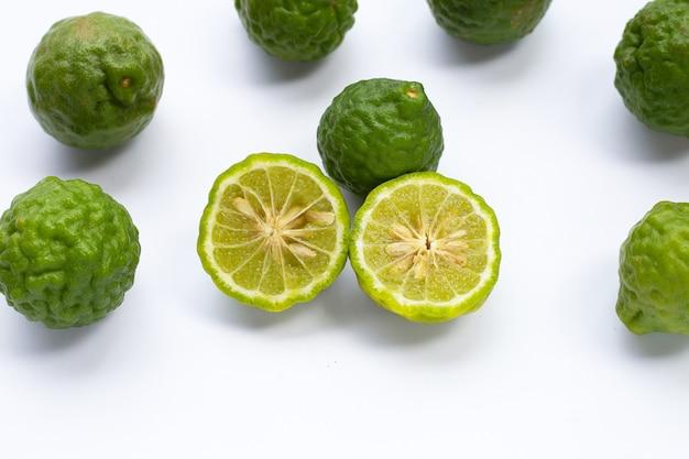 Herbe de citron vert bergamote frais isolé sur blanc