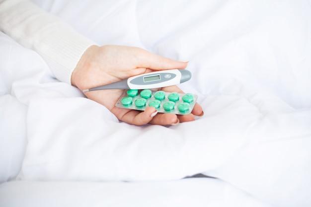 Herbe médicinale. pilules à base de plantes dans la main, la paume, les doigts avec une plante médicale saine. supplément de vitamines pour les soins, les médicaments.