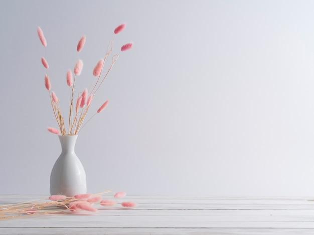 Herbe de queue de lapin sur tableau blanc.