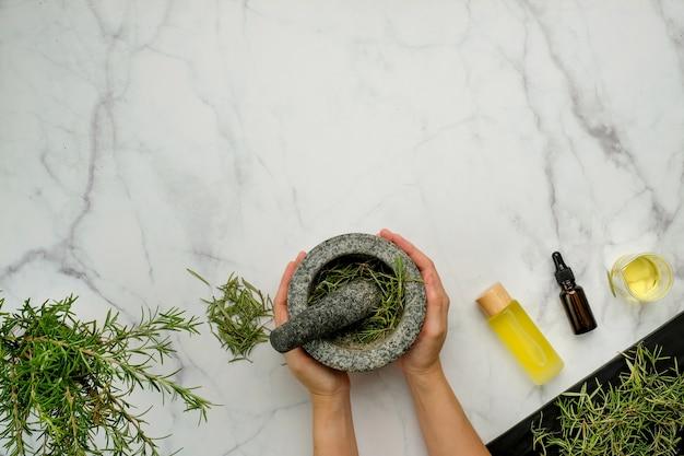 Herbe de romarin sur la vue de dessus de table en marbre