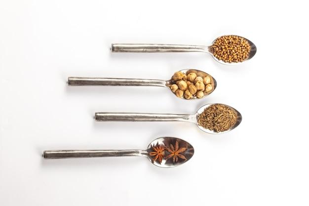 Herbe spices spoon herbe spice, diverses épices et herbes dans des cuillères en argent, ingrédient