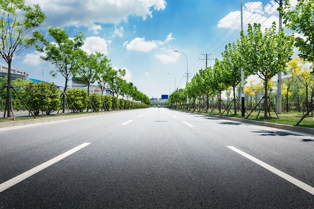 Herbe transport routier arbre nuageux