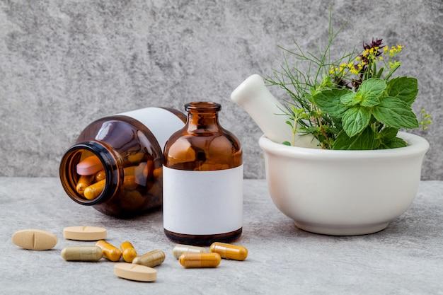 Herbes alternatives de soins de santé sur fond de pierre.