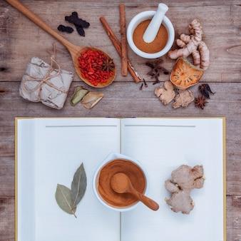 Herbes alternatives de soins de santé sur le vieux fond en bois.