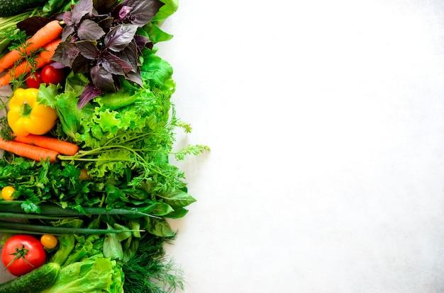 Herbes aromatiques, oignons, avocats, brocolis, poivrons, aubergines, chou, radis, concombre, amandes, rucola, maïs frais.