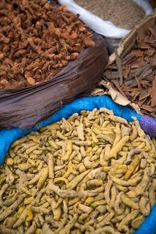 Herbes au marché d'agadir, maroc