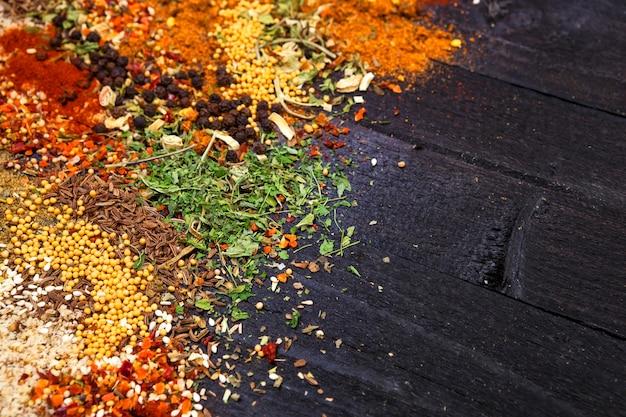 Herbes et épices sur fond de bois noir
