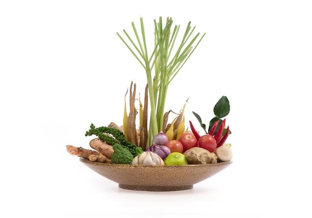 Herbes et épices ingrédients soupe épicée légumes frais pour tom yum thai isolé sur une surface blanche.