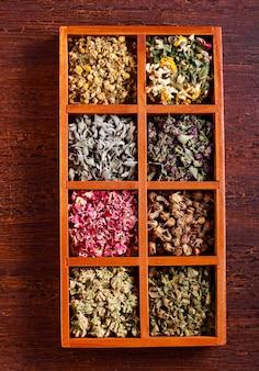 Herbes et fleurs séchées dans une boîte en bois,