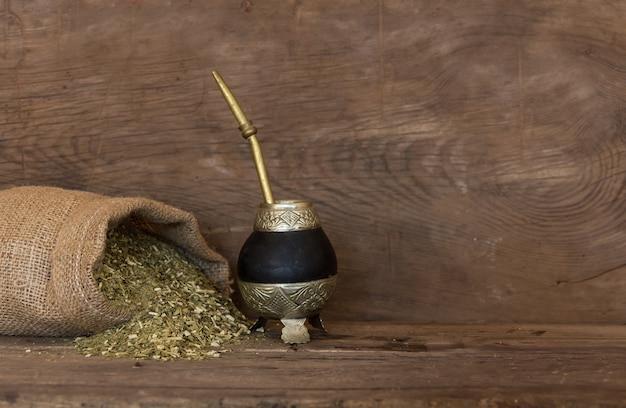 Herbes sur fond de bois rustique