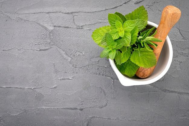 Herbes fraîches dans le mortier de pierre