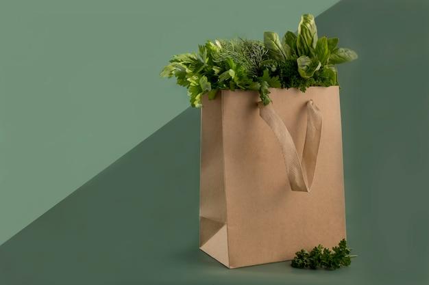 Herbes fraîches dans un sac en papier