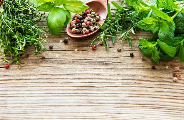 Herbes fraîches et épices sur table en bois